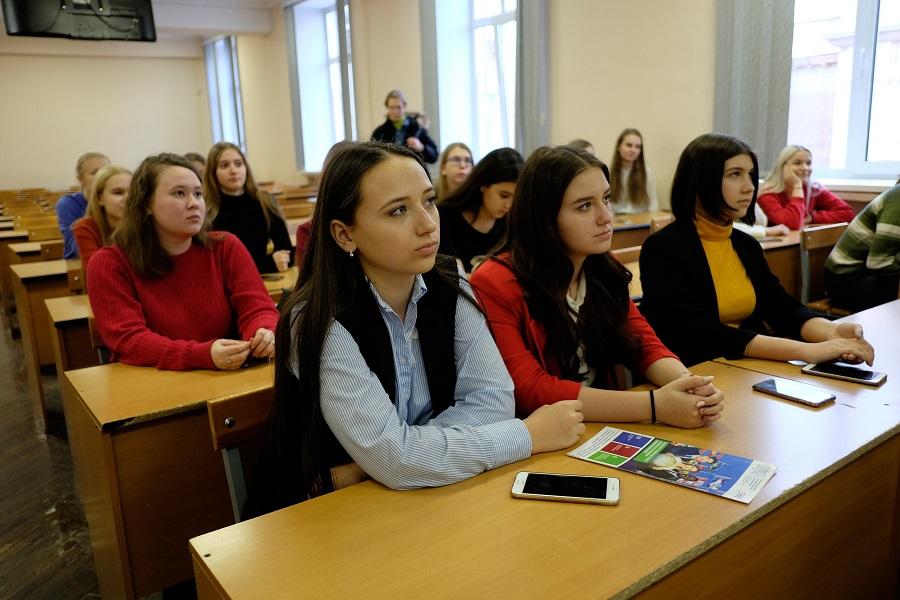Погружение в профессию: абитуриенты посетили Дни институтов и высших школ ЮУрГУ