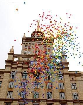 Воздушные шары перед главным корпусом ЮУрГУ
