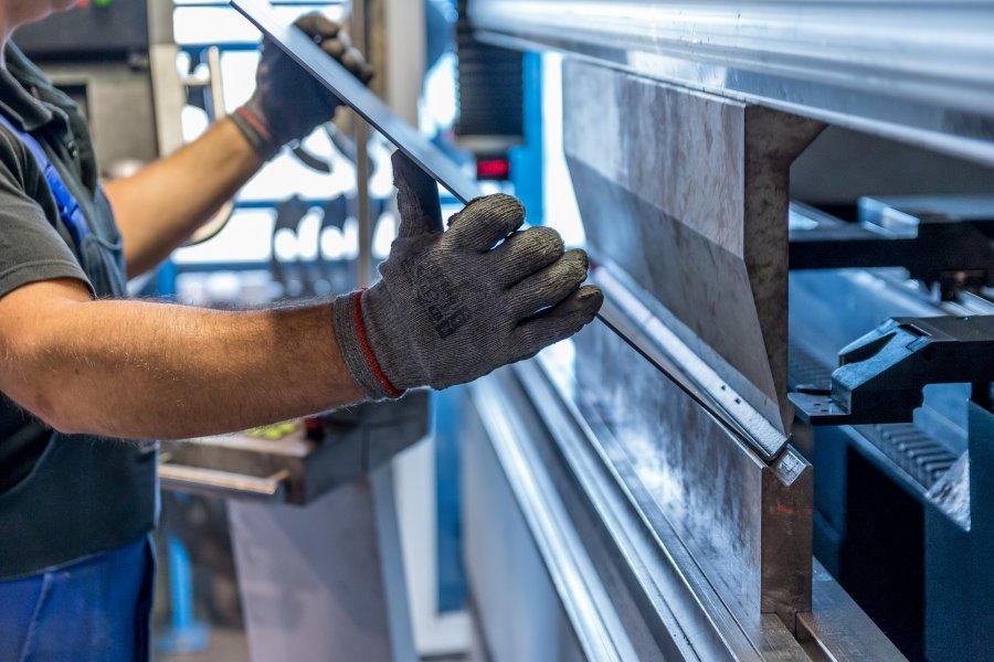 Молодой ученый создает новые защитные материалы из металла и керамики